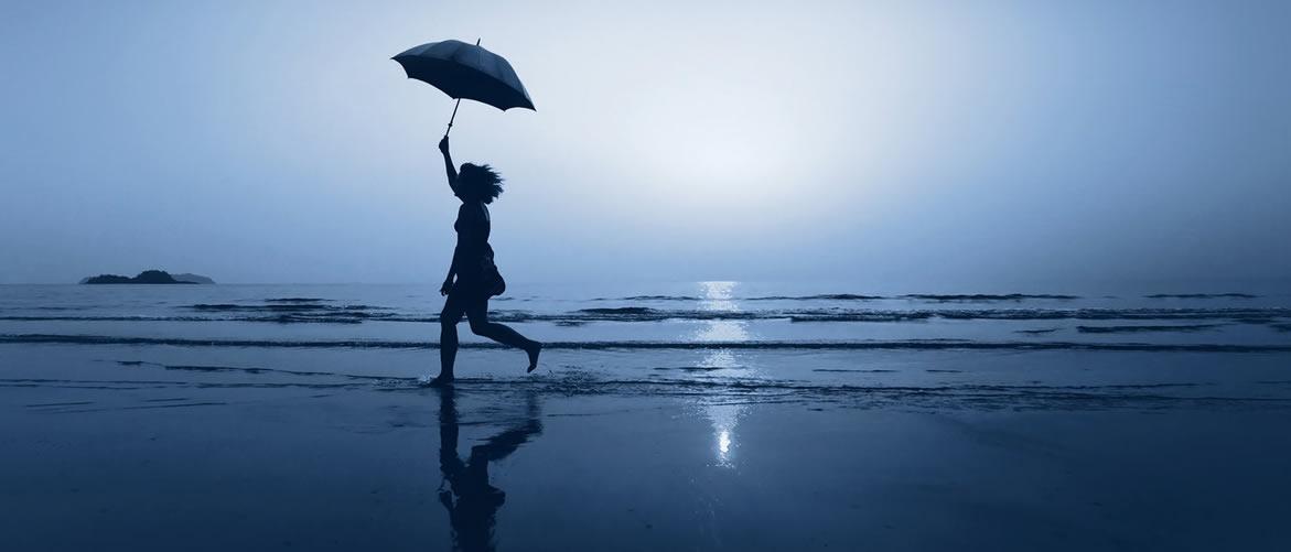 mujer corriendo sobre la arena