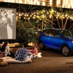 imagen de familia con auto y cine