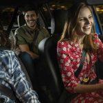 imagen de personas en un carro